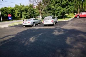 Au turnat asfalt în jurul maşinii! Imaginea zilei vine de la Craiova