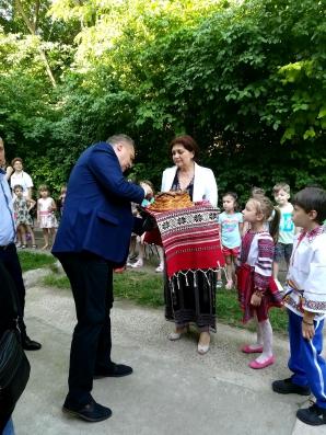 Primarul de la Tecuci, întâmpinat cu pâine şi sare la inaugurarea... unei scări de incendiu