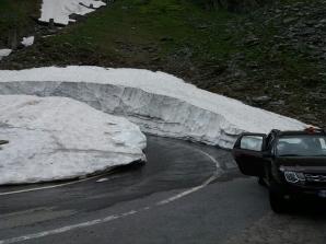 """Zăpadă """"cât casa"""", în România, în plină vară. Pericol de avalanşă! / Foto: Facebook"""