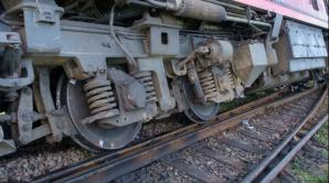 Circulația feroviară blocată. Un tren a deraiat după ce a lovit un copac