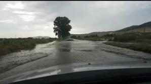 RESTRICŢII. Drum naţional închis din cauza apelor. Persoane surprinse de viituri