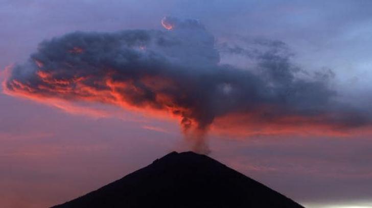 Zeci de zboruri au fost anulate din cauza erupţiei unui vulcan în Bali