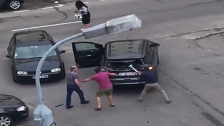 Scene demențiale pe o stradă din Pitești. A pus mâna pe rangă și a spart (VIDEO)