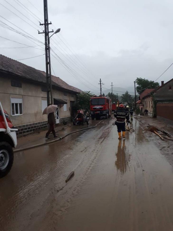 COD ROŞU de inundaţii în Caraş-Severin: drum judeţean închis şi străzi inundate, după o viitură