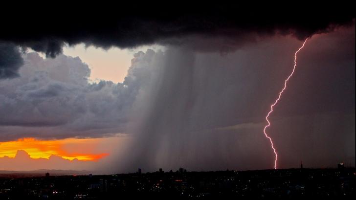 Vine potopul! Cod portocaliu şi galben de furtuni. Judeţele afectate