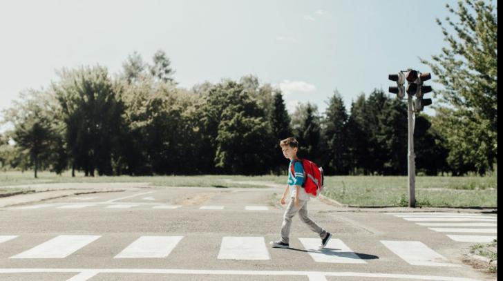 Vârsta la care copilul tău poate traversa strada singur. Ce spun specialiştii
