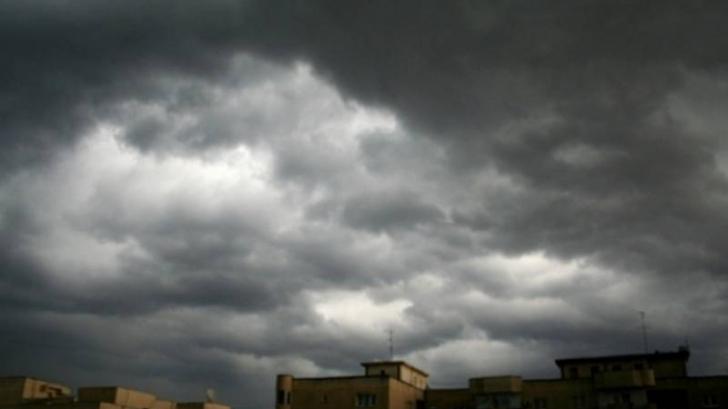 Ploi, grindină și descărcări electrice, sâmbătă. Ce județe sunt lovite