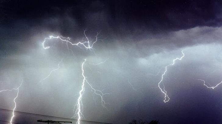 Cod PORTOCALIU de furtună în trei judeţe din ţară