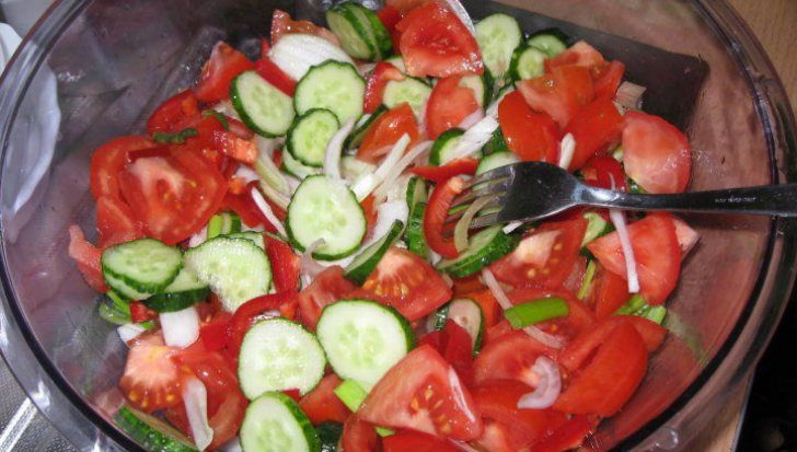 Salata de roşii. Cea mai mare greşeală pe care o facem toţi când o preparăm