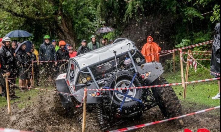 Adrenalină, noroi şi… motoare turate în Ţinutul Pădurenilor
