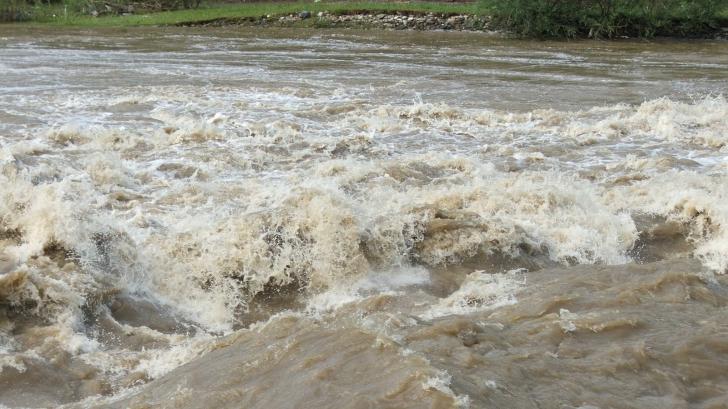 Vine potopul: cod portocaliu de inundaţii pentru râuri din 10 judeţe şi cod galben în 31 de judeţe