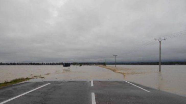 Trafic rutier oprit pe drumuri naţionale din cauza aluviunilor şi a apei