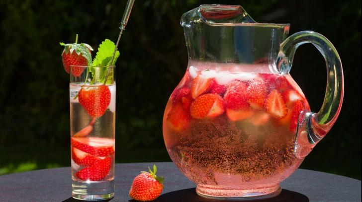 Băutura răcoritoare a verii. Cum să prepari cea mai bună limonadă de căpşuni şi mentă