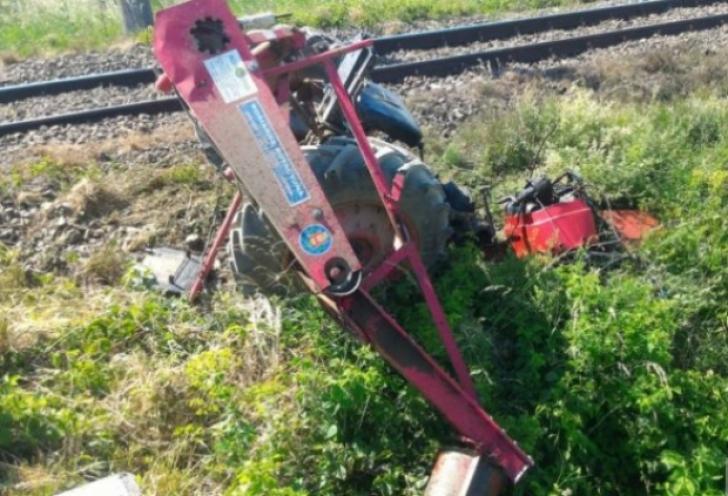 Un tractor a fost spulberat de tren în Brașov: un mort și un rănit