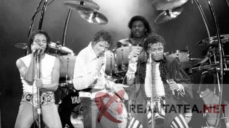 Michael Jackson (în mijloc) alături de fraţii lui, în 1984