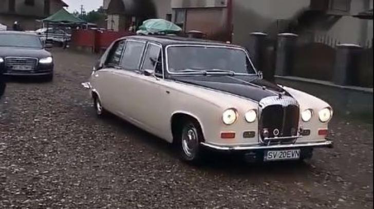Ierarhii ajung cu Rolls Royce-ul la sfințirea unei biserici