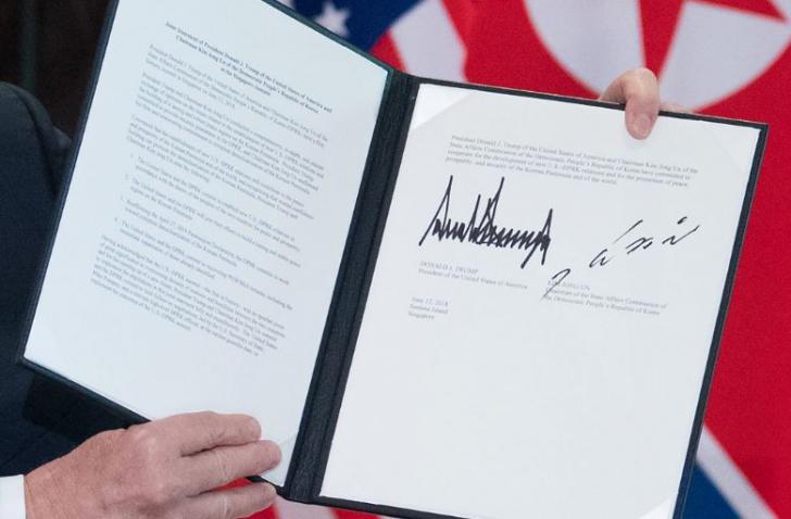 Semnăturile lui Trump (stânga) și Kim Jong-un