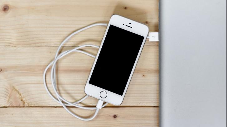 Ar trebui sau nu să ne închidem telefonul mobil noaptea? Ce spun experții IT