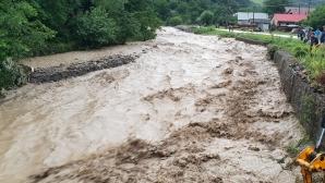 Ploile s-au oprit, riscul de inundaţii rămâne. Hidrologii au emis noi avertizări