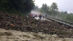 Aproximativ 100 de maşini, oprite în trafic, din cauza aluviunilor căzute pe carosabil