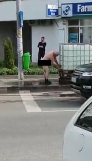 Protest extrem la Bacău, unde nu e apă curentă de o săptămână: un bărbat a ieşit gol pe stradă