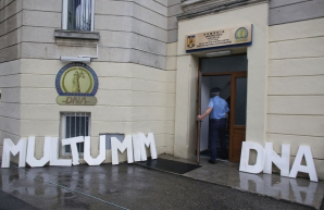 #Rezistenta, la sediul DNA. Mesajul protestatarilor din Piaţa Victoriei pentru Kovesi / Foto: Inquam Photos / Octav Ganea
