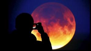 ECLIPSĂ TOTALĂ DE LUNĂ, în această seară. Un fenomen astronomic uimitor