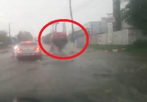 Incident şocant, pe o şosea din România: maşină aruncată în aer 2 metri, din senin!