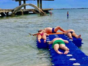 Plaja terapeutică din Mamaia, ocupată de câțiva turiști care nu aveau ce căuta acolo