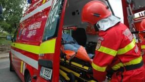 Un copil este căutat de pompieri după ce a căzut într-un pârâu pe care îl traversa cu căruţa