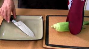 Ce se întâmplă dacă bagi un ştiulete de porumb la microunde. E incredibil!