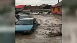 Ploaia a făcut ravagii într-o comună din Braşov: Maşini luate de ape, case inundate