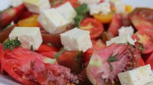 Roşii cu brânză, mâncarea verii. Cât de mult îngraşă?