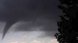 Imagini spectaculoase: dublă tornadă surprinsă în România
