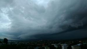 ALERTĂ METEO! Codul galben de ploi şi furtuni, prelungit! Unde va lovi potopul