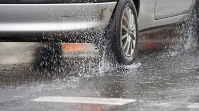 ATENŢIE ŞOFERI! Cum trebuie să conduci în siguranță pe timp de ploaie. Ce făceai greşit până acum