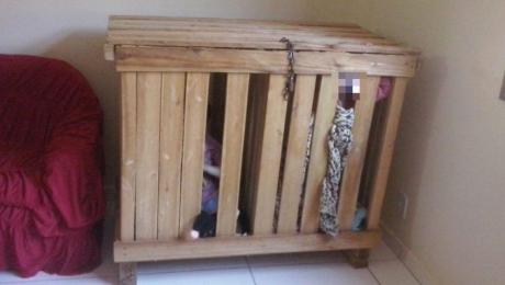 Doi copii de 3 ani erau închiși în această cutie când părinții mergeau la serviciu
