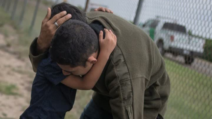 """Drama copiilor separaţi de părinţi la intrarea în SUA continuă: """"Nu mai ştiu nimic de fiul meu"""""""