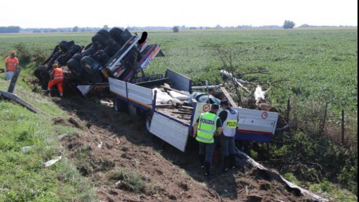 Şofer român, erou în Italia, după ce s-a răsturnat cu camionul în afara carosabilului