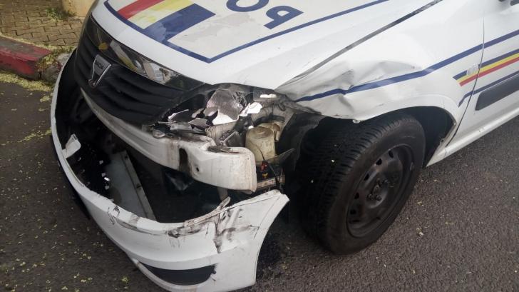 Maşină de poliţie aflată în misiune, implicată într-un accident grav