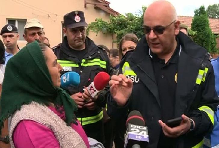 """Arafat, apostrofat de oamenii afectaţi de inundaţii, la Vâlcea: """"Se rezolvă ceva cu digul ăsta?"""""""
