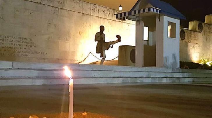 Imagini emoţionante. Incendiu Grecia: Sute de lumânări aprinse în centrul Atenei