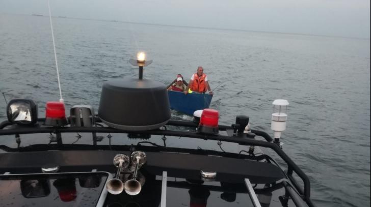 Pescari aflaţi cu barca pe mare, salvaţi după ce nu au mai putut ajunge la mal