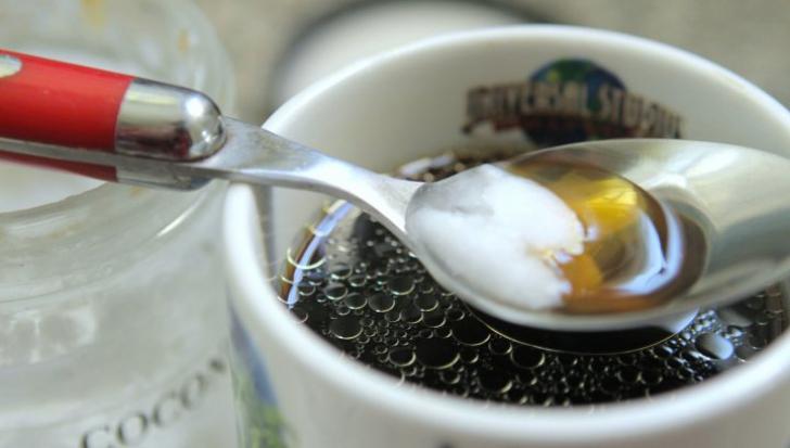 Şi-a pus ulei în cafea în fiecare dimineaţă. Rezultatul a fost dincolo de aşteptări