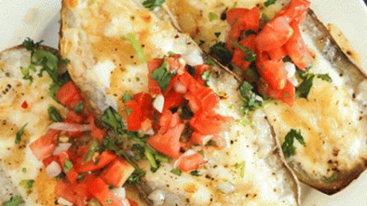 Reţetă delicioasă: Cartofi bărcuţă cu brânză şi ceapă