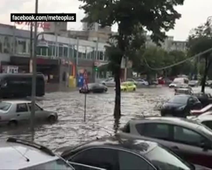 Litoralul, lovit de o furtună violentă: străzi inundate, acoperişul unui mall, luat de vânt