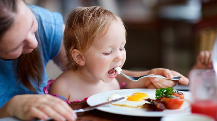 Cât trebuie să mănânce copiii. Ce spun specialiştii. Tu ştii răspunsul?