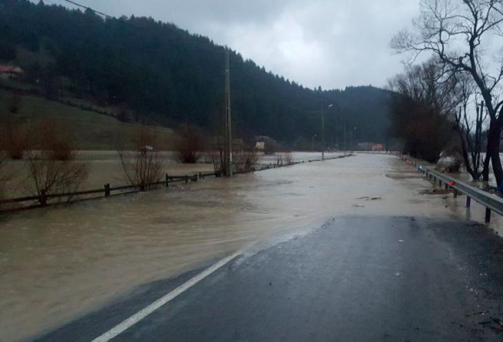 Circulaţie rutieră închisă pe drumuri naţionale. Codul portocaliu de inundaţii a fost prelungit