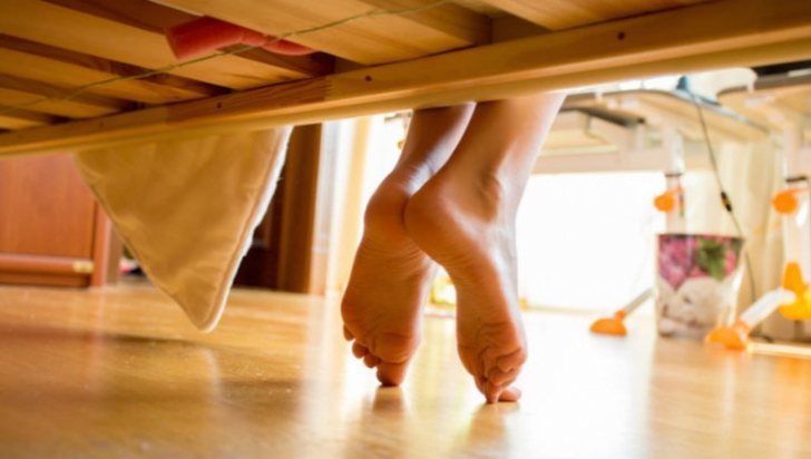 Socrii au venit în vizită, neanunţaţi. Când s-au uitat sub pat, au simţit cum li se face rău...