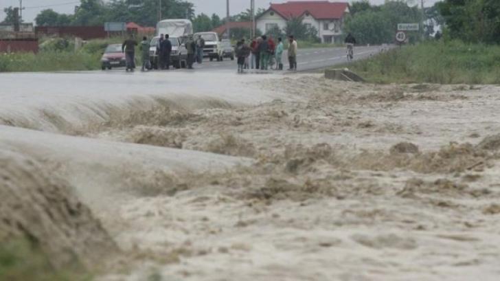 Din nou potop. Cod portocaliu de inundaţii pe râuri din 13 judeţe